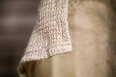 Het linnenmateriaal is gebogen handdoeklinnen het hangen en natuurlijke krommen grijze natuurlijke kleur van de stof stock foto's