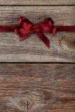 Het lint van Bourgondië met boog op houten achtergrond Royalty-vrije Stock Afbeelding