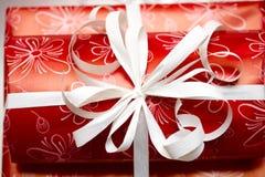 Het lint van de gift op rood document Royalty-vrije Stock Fotografie