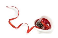 Het lintartpicture van de liefdevorm met rood lint, de kleine kom van de hartvorm en decoratie stock fotografie