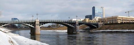 Het Litouwse parlement, oude brug en rivier stock foto