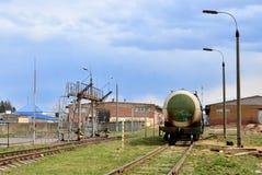 Het LNG van de tankauto per spoor op de tanks van de olieopslag in brandstofterminal Lossing van vloeibaar petroleumgas, benzine royalty-vrije stock foto