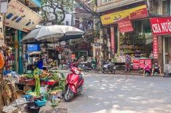 Het lokale dagelijkse leven van de markt van de ochtendstraat in Hanoi, Vietnam De mensen kunnen het gezien onderzoeken rond het Stock Afbeeldingen