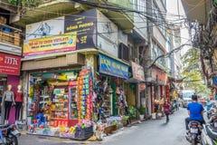 Het lokale dagelijkse leven van de straat in Hanoi, Vietnam De mensen kunnen het gezien onderzoeken rond het Royalty-vrije Stock Foto's
