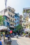 Het lokale dagelijkse leven van de straat in Hanoi, Vietnam De mensen kunnen het gezien onderzoeken rond het Royalty-vrije Stock Afbeelding
