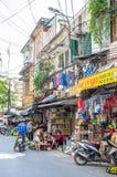 Het lokale dagelijkse leven van de straat in Hanoi, Vietnam De mensen kunnen het gezien onderzoeken rond het Stock Foto's