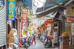Het lokale dagelijkse leven van de straat in Hanoi, Vietnam De mensen kunnen het gezien onderzoeken rond het Royalty-vrije Stock Afbeeldingen