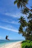 Het lokale jongen slingeren op een kabelschommeling in Lavena-dorp, Taveuni is royalty-vrije stock afbeelding