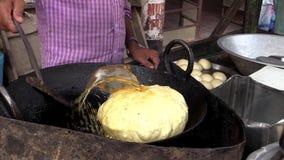 Het lokale leven van gewone mensen in slechte traditionele stad van India stock videobeelden