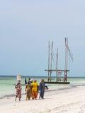 Het lokale vrouwen gaan die op een strand in Zanzibar, Tanzania vissen Stock Foto's