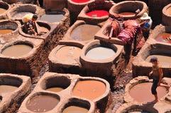 Het looien van het leer in Fez, Marokko Stock Afbeeldingen