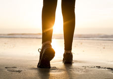 Het lopen aan de zonsondergang Stock Afbeeldingen