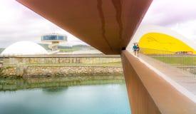 Het lopen aan het Internationale Centrum van Niemeyer royalty-vrije stock fotografie