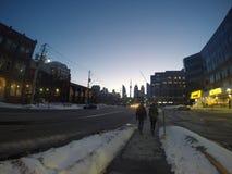 Het lopen bij de de Stratenwintertijd van Toronto stock fotografie