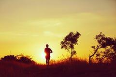 Het lopen bij de zonsondergang stock fotografie