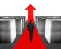 Het lopen bij het kweken van rode pijl door 3d labyrint Royalty-vrije Stock Afbeeldingen