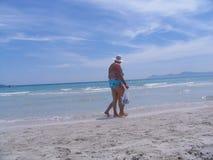 Het lopen bij het strand Stock Foto