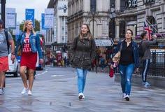 Het lopen bij Piccadilly-Circus Londen - een meisjesreis Royalty-vrije Stock Afbeelding