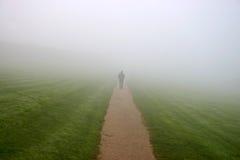 Het lopen binnen aan de mist Royalty-vrije Stock Foto