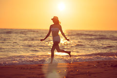 Het lopen blootvoets op het strand Stock Afbeeldingen