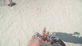 Het lopen blootvoets op mooi Railay-strand in Thailand stock video