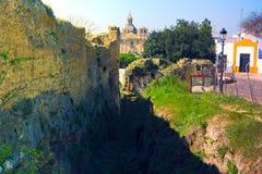 Het lopen in Carmona - Detail van een oude Roman muur royalty-vrije stock foto's