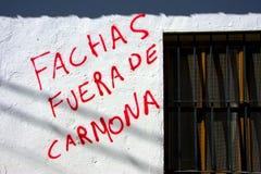 Het lopen in Carmona Graffiti tegen conservatieven en fascisme stock foto's