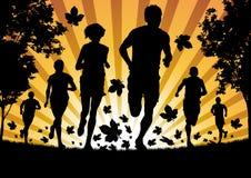 Het lopen in de Bladeren van de Herfst Royalty-vrije Stock Afbeeldingen