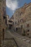 Het lopen in de oude stegen van Anghiari stock foto