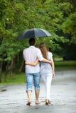 Het lopen in de regen Stock Foto's