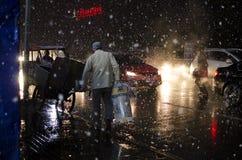 Het lopen in de sneeuw die verwarmingenbejaarden houden Stock Fotografie