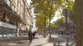 Het lopen in de straat van Parijs op zonnige de herfstdag stock video