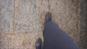Het lopen in de straten stock footage