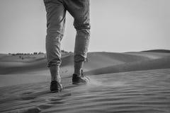 Het lopen in de woestijn & x28; Jaisalmer, Rajasthan, India Royalty-vrije Stock Fotografie