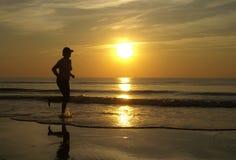 Het lopen in de zonsondergang stock foto