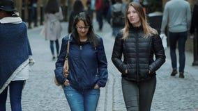 Het lopen door de stad van Londen stock video