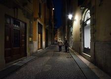 Het lopen door de straten van nacht Florence stock afbeelding