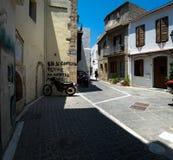 Het lopen door de straten van de oude stad van Chania Griekse toevlucht stock foto's