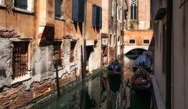Het lopen door de wateren en de kanalen van Venetië Italië stock foto's