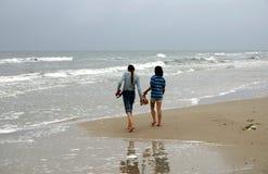 Het lopen door de zeekust royalty-vrije stock foto's