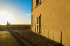 Het lopen door het overzees bij zonsondergang stock foto