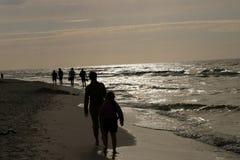 Het lopen door het overzees op de avond Stock Fotografie