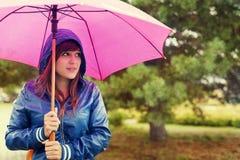 Het lopen door regen stock afbeeldingen