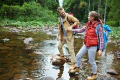Het lopen door rivier Stock Foto