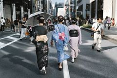 Het lopen door Tokyo in Yukata stock foto's