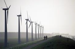 Het lopen door Windpark Royalty-vrije Stock Foto
