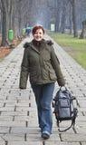 Het lopen in een de herfstpark royalty-vrije stock afbeelding