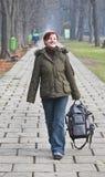 Het lopen in een de herfstpark royalty-vrije stock fotografie