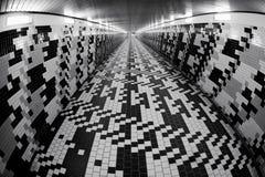 Het lopen in een voettunnel Stock Afbeelding