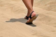 Het lopen in een woestijn één meer stap in een heet zand stock foto
